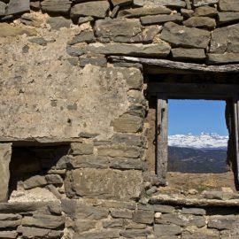 Bagüeste a pie desde Las Bellostas ventana casa abandonada con vistas del Pirineo