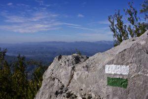 Marcas de pintura blanca y verde. Trekking Peña Montañesa. www.conunparderuedas.com