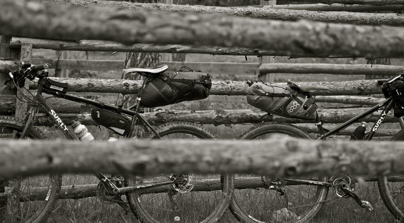 Bicicletas Surly Ogre con bolsas de bikepacking. TransCatalunya Bikepacking.