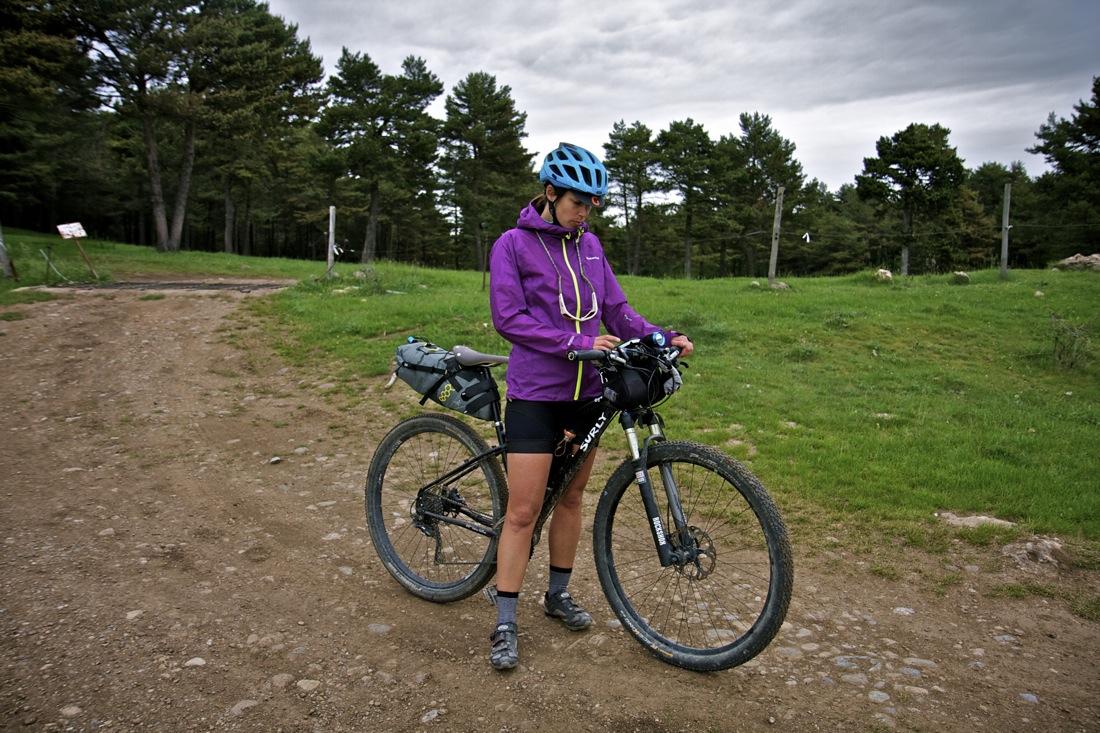 Ciclista cruzando sierra Moixeró. TransCatalunya Bikepacking.