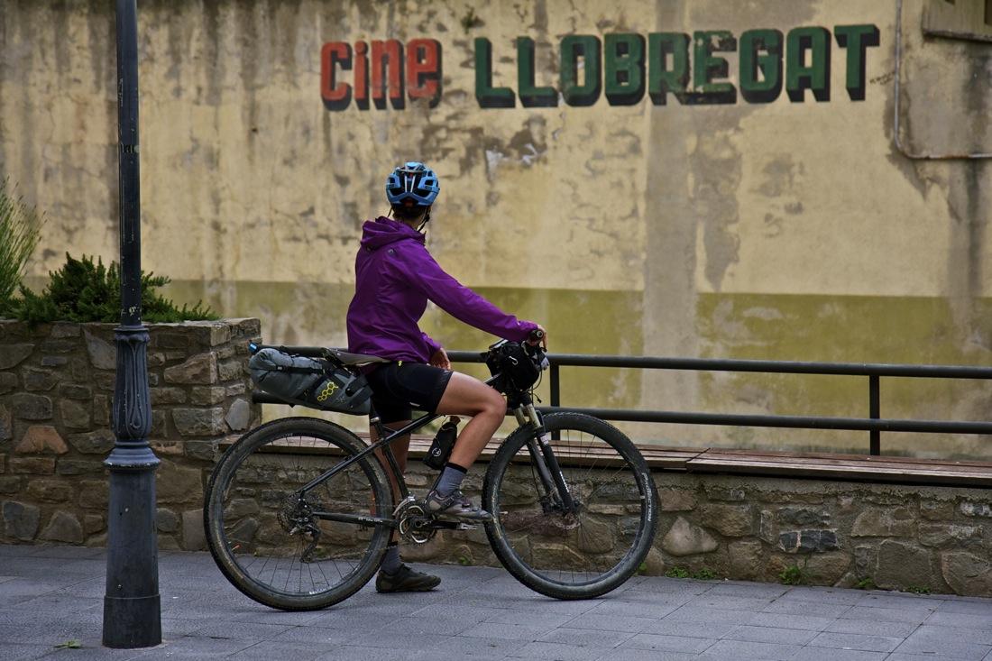 Cine Llobregat La Pobla de Lillet y bicicleta. TransCatalunya Bikepacking.