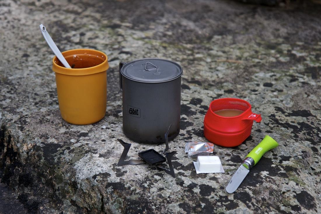 Hornillo y combustible sólido minimalista de la marca Esbit. TransCatalunya Bikepacking.