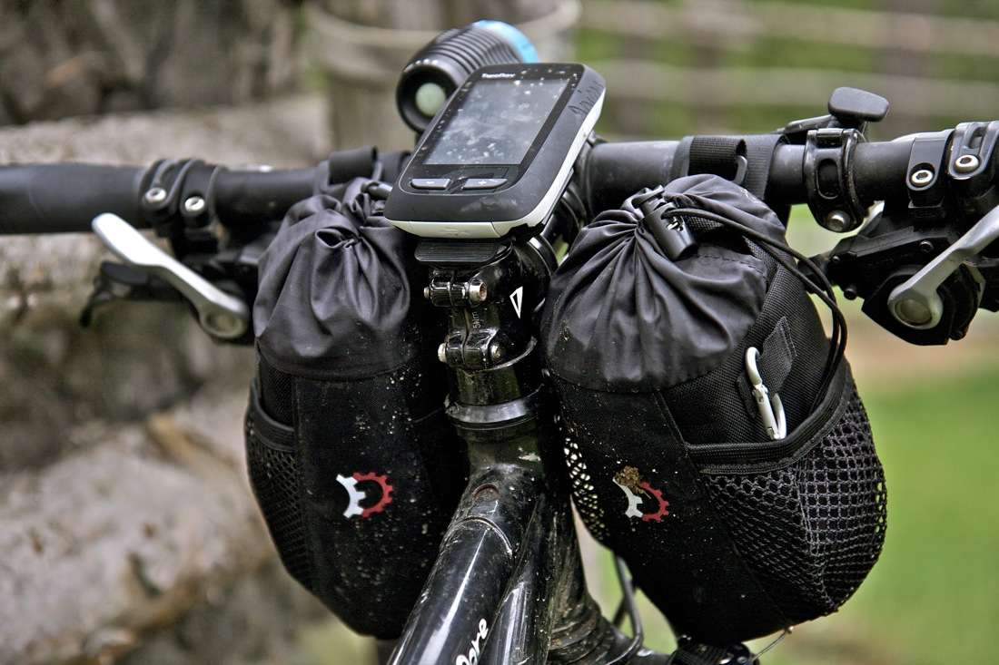 Bolsas de manillar Mountain Feedbag de Revelate Designs. TransCatalunya Bikepacking.