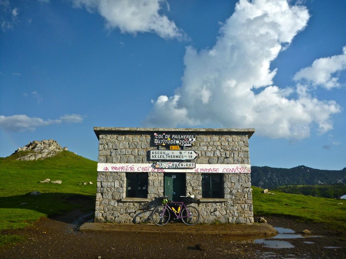 Refugio libre en la cumbre del Col de Pailheres, a 2.001 metros, techo de la ruta. El interior es una auténtica pocilga.