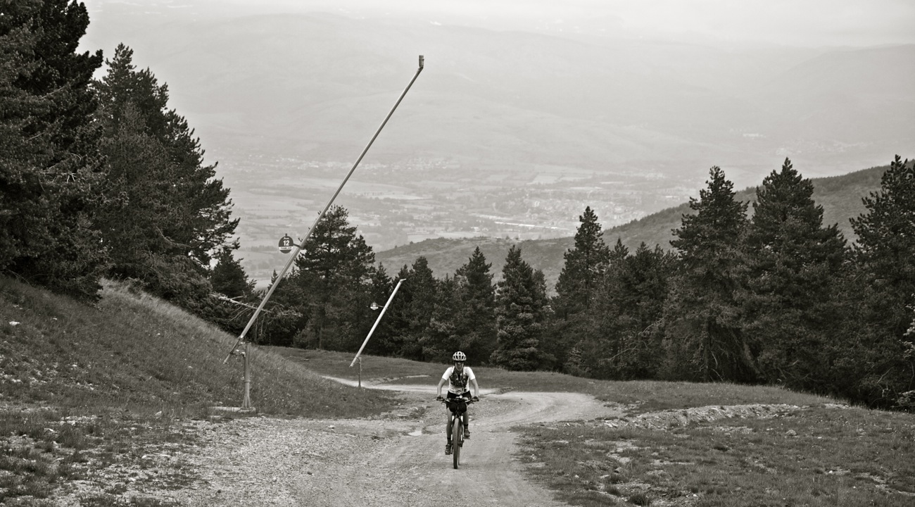 Ciclista subiendo Coll de Pal. TransCatalunya Bikepacking.