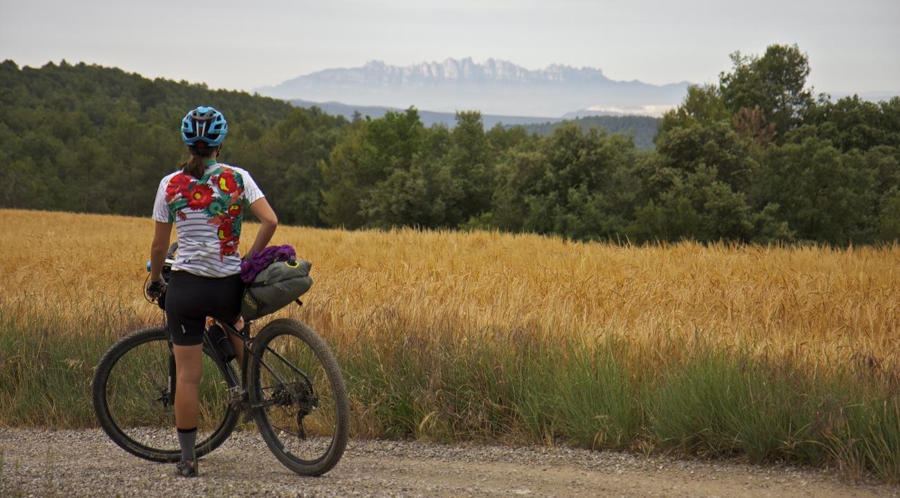 Ciclista bikepacking y Montserrat. TransCatalunya Bikepacking.