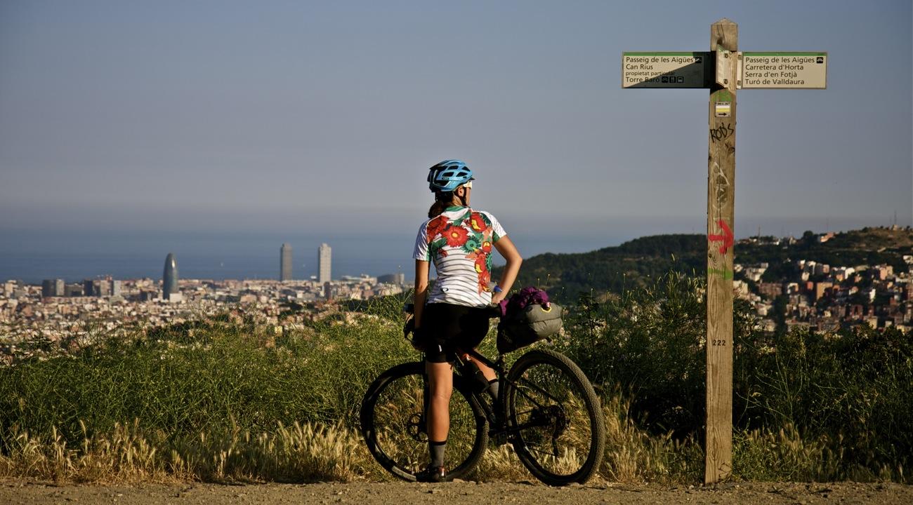 Ciclista bikepacking en sierra de Collserola. TransCatalunya Bikepacking.