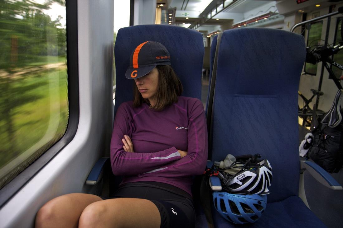 Ciclista en tren regional a Puigcerdà. TransCatalunya Bikepacking.